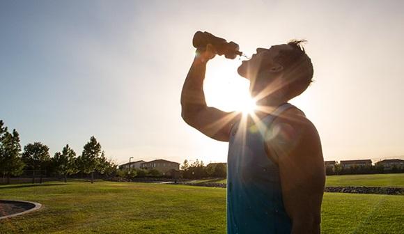 La hidratación inadecuada y la alteración cognitiva o emocional