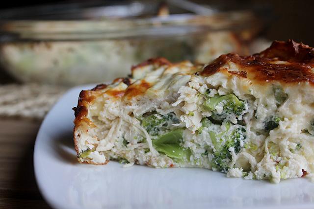 Pastel proteico de brócoli y pollo al horno