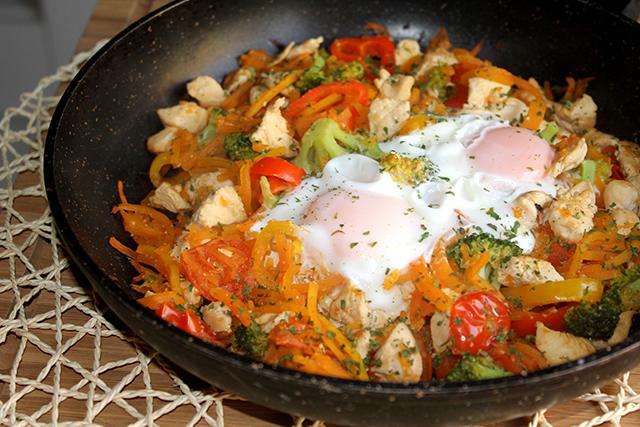 Zoodles de calabaza con pollo y verduras